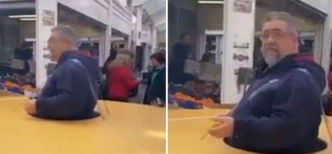 İtalya'da insanlarla mesafesini korumak isteyen adam devasa bir karton giydi (video)