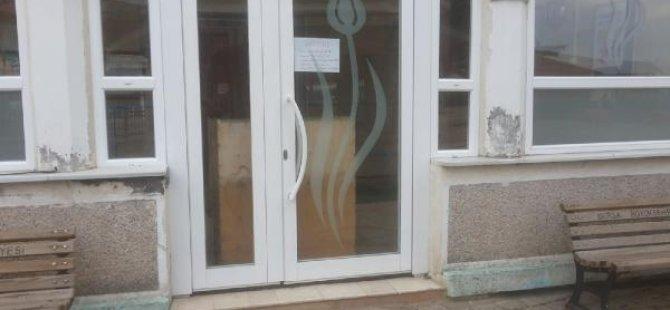 İmam cemaatin içeri girmesini engellemek için caminin kapısını kilitledi, arkasına dolap yerleştirdi