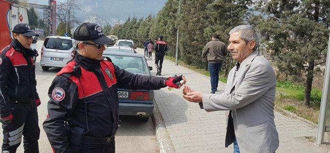 Polis 'Ölmek mi istiyorsunuz?' diye uyardığı yaşlıları kolonya sıkarak evlerine gönderdi