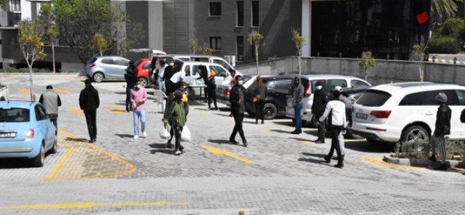 Girne'de Belediyenin Yardımlarla Hazırladığı Paketler Yabancılara Dağıtılıyor
