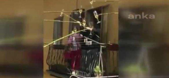 VİDEO | İtalya'da balkondan balkona 'şarap partisi': Sopalara bağlanan şarap bardaklarını tokuşturdular