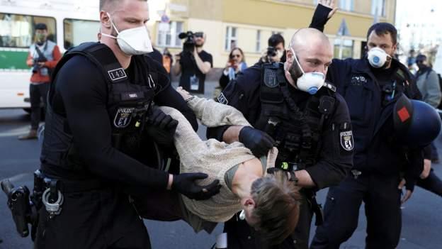 Almanya'da koronavirüs kısıtlamalarına protesto