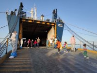 100 mülteci gemi ile Mersin'e götürülüyor