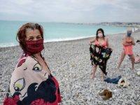 Fransa ve İtalya'da sosyal mesafe kurallarıyla plajlar açıldı