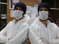 Tek yumurta ikizi doktorlar Kovid 19'a karşı birlikte mücadele veriyor