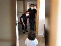 Kovid-19'u yenen doktor çift çocuklarına kavuştu