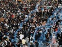 Fransa'da binlerce kişi polis aracında öldürülen Adama Traore için yürüdü