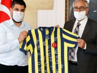 Akıncı'ya Fenerbahçe efsanelerinin imzaladığı Lefter forması takdim edildi