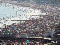 İngiltere'de yılın en sıcak günü yaşandı; binlerce kişi denize akın etti