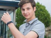 Anne-babası Covid-19 geçiren 15 yaşındaki çocuk, yüze dokunmayı önlemek için bileklik icat etti