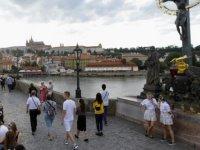 Praglılar 'corona' tedbirlerinin kaldırılmasını 500 metrelik sofranın etrafında toplanarak kutladı
