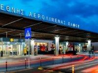 Baf Havalimanı'nda, valizlerinde bulunan gümrüksüz sigara ve tütün yüzünden tutuklandılar
