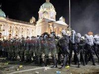 Sırbistan'da Hükümetin Covid-19 Önlemlerini Protesto Eden Binlerce Kişi Polisle Çatıştı