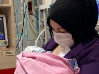 Antalya'da kadavradan rahim nakli yapılan kadın, bebeğini kucağına aldı