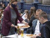 Koronavirüs: İngiltere'de haftada 3 gün lokantalarda hesabın yarısını devlet ödeyecek
