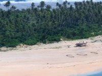 Pasifik'teki kayıp denizciler, kumsala yazdıkları 'SOS' mesajı sayesinde kurtuldu
