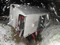 Kar yağdı, otobüs devrildi: 13 yaralı
