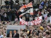 İngiltere'de Covid-19 önlemleri karşıtı grup protesto düzenledi