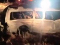 Pakistan'da şarampole yuvarlanan minibüs alev aldı:13 ölü