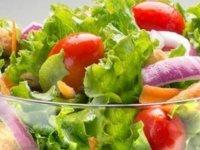Salatalar gerçekten sağlıklı mı? Risk taşıyor mu?