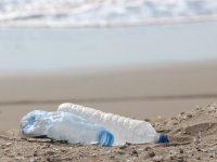 Bir avuç kumda 200 tane plastik var