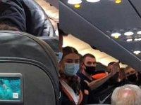 Uçakta maske karşıtı konuşma yapıp takmayı reddedince karısından tokadı yedi