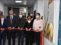 """ı """"Oyun""""adlı kişisel resim sergisi Girne Üniversitesi Eczacılık Fakültesi Sergi Salonu'nda, Girne Belediyesi Başkanı Nidai Güngördü tarafındanaçıldı."""