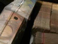 Taksisinde Unutulan 300 Bin Euroyu Sahibine Teslim Etti