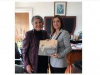 Sevil Emirzade, kitabını BRTK Müdürü Özkurt'a hediye etti