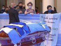Maradona: Yüz binlerce hayranı 'ölümsüz dev'i son kez selamlamak için sıraya girdi