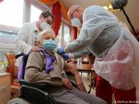 Almanya'da ilk koronavirüs aşısı 101 yaşındaki kadına yapıldı