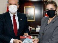 Cumhurbaşkanı Tatar'a Akademisyen Emete Gözügüzelli'den kitap takdimi