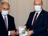 Cumhurbaşkanı Tatar'a Gazeteci Yazar Osman Güvenir'den kitap takdimi