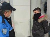 Polisten bankadaki babasını bekleyen çocuğa: Söyle 900 lira daha çeksin