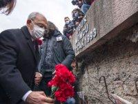 """Uğur Mumcu, bombalı suikasta uğradığı evinin önünde anıldı; """"28 yıl geçti asıl failler hâlâ karanlıkta"""""""