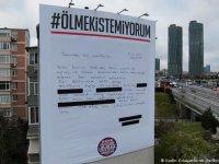 """İstanbul'da kadınlar dev bir """"şikayet dilekçesi"""" astı"""