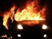 Kuzey İrlanda'daki şiddet olaylarında bir araç ateşe verildi