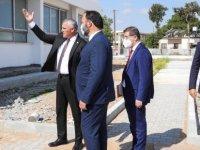 Sadıkoğlu ile Amcaoğlu, İskele Türk Maarif Koleji inşaatında incelemelerde bulundu