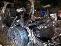 Sürücüsüz Tesla ağaca çarptı 2 kişi öldü