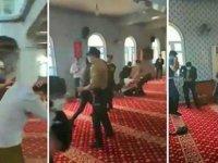 Camide 'İtikaf' yapanlara gazlı polis baskını: 50 kişi gözaltında