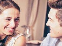 Çok gülen erkekler neden kadınlara daha az çekici gelir?
