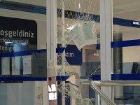 Camı kırıp bankaya girdiler; 200 liralık soygun yaptılar!