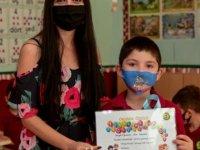 Okullarda  karne ve diplomaları verilmeye devam ediyor