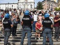 İtalya'da Kovid-19 önlemleri kapsamında çıkarılan 'Yeşil Geçiş' belgesi bir kez daha protesto edildi