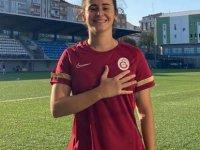 İlk Kıbrıslı Türk kadın futbolcu Galatasaray Futbol Kulübüne profesyonel olarak imza attı.