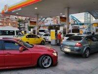 Türkiye'de zam öncesinde benzin istasyonlarında kuyruklar oluştu