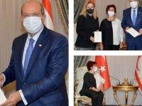 """Canev Dinçer, """"Unutulmayanlardan Kıbrıs Havaları"""" isimli kitabını Cumhurbaşkanı Tatar'a takdim etti"""