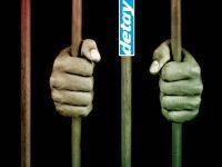 Gardiyan mahkumlara uyuşturucu taşırken yakalandı