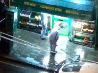Londra'da maskeli soyguncu iş başında