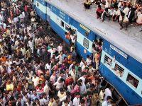 Hindistan'da tren raydan geçen gruba çarptı: 35 ölü